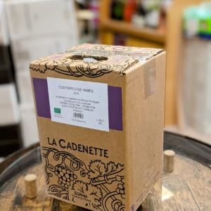 Costières de Nîmes rouge en cubi de 5 litres est puissant,sur les fruits noirs, aux notes épicées. Idéal avec vos viandes grillées ou encore plateau de charcuterie.